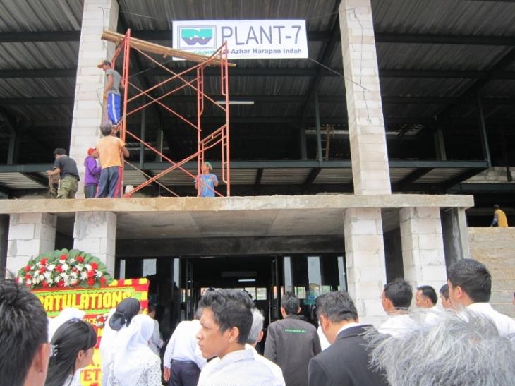 prosesi potong pita di pintu masuk office Al-Harin setinggi 7 lantai