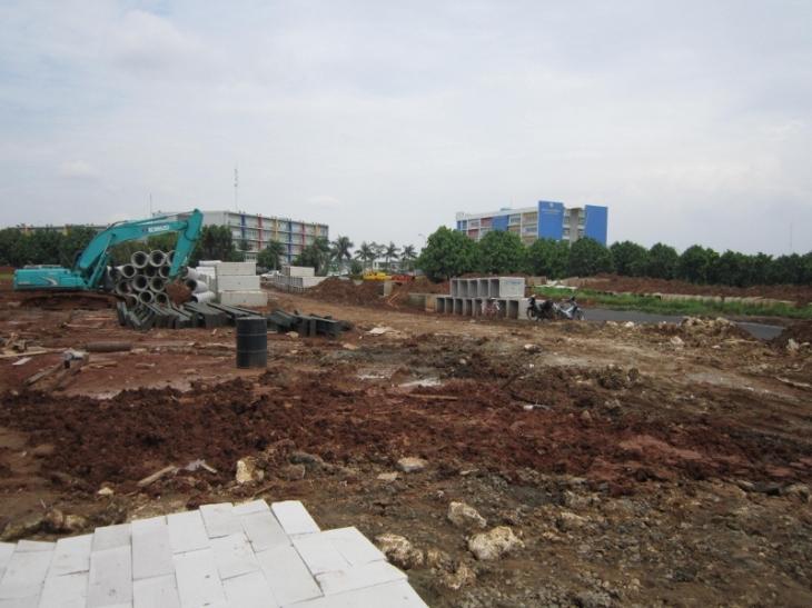 areal kantor yayasan Al-Azhar Harapan Indah. nampak di seberang 2 gedung megah Sekolah Kristen BPK Penabur