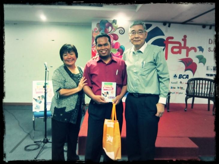 bersama Tessie Setiabudi, MA, MB (kiri) dan Ir. Joshua Maruta, M.Sc (kanan)