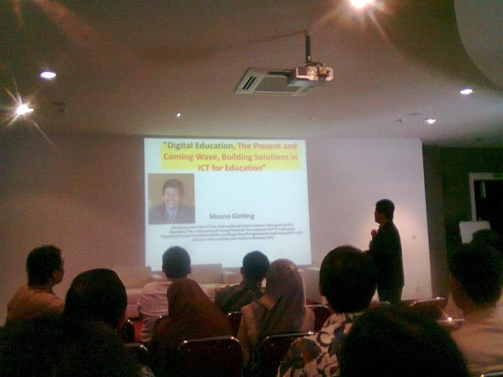 Prof. Dr. Masno Ginting menyampaikan presentasi