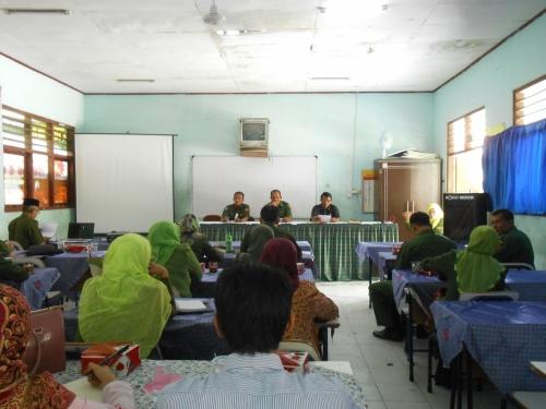 Pengurus Sub Rayon 02 memimpin rapat