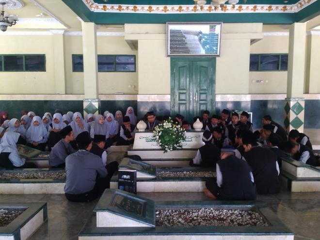 Ziarah Makam Pahlawan Nasional, KH. Noer Alie di Ujungharapan Bekasi.