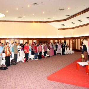 Menyanyikan lagu Indonesia Raya
